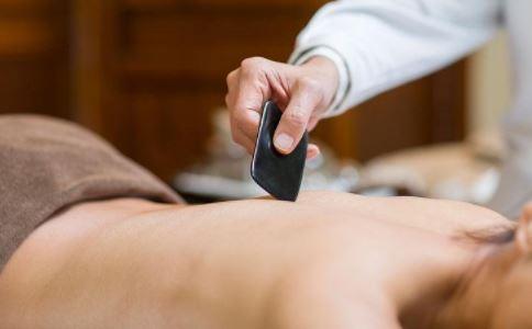 皮肤油腻怎么办 如何给身体排毒 怎么刮痧能排毒