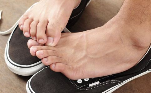 脚气患者不能吃什么 怎么治疗脚气 泡脚可以治疗脚气吗