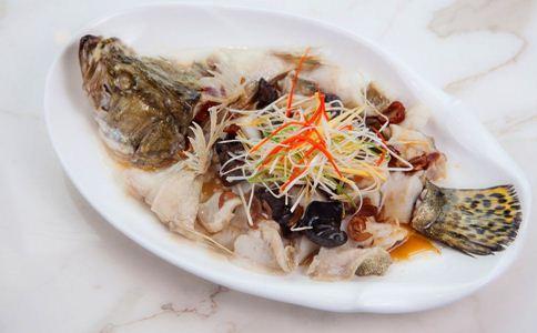 清蒸鱼的做法 清蒸鱼怎么做好吃 清蒸鱼的小窍门