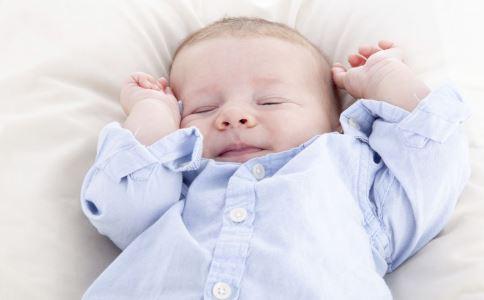 宝宝睡觉手举着 宝宝睡觉双手举着 宝宝睡觉