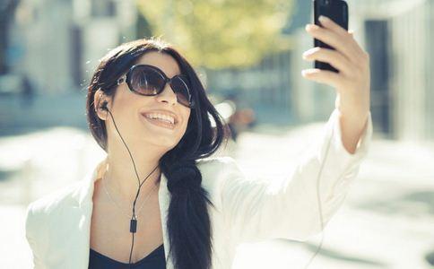 走路玩手机被撞骨折 走路玩手机的危害 如何健康玩手机