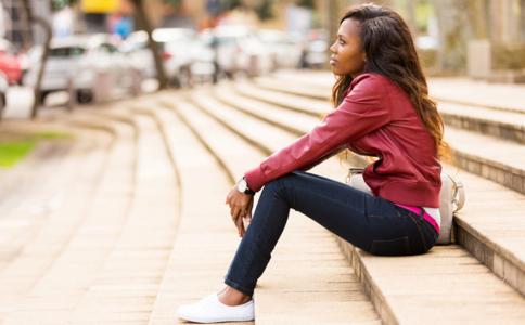 女人坐姿不正的危害 女人翘二郎腿的坏处 女人如何坐得优雅健康