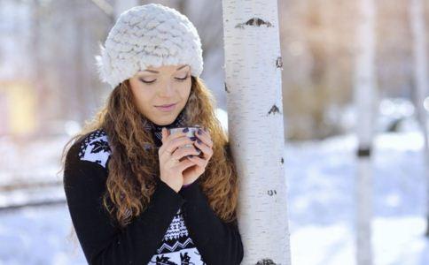 女人冬季手脚冰冷的原因 女人手脚冰冷如何保暖 晚上泡脚可以暖脚吗