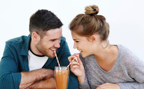 男生第一次恋爱应该怎么和女生相处 恋爱中该怎么和女生相处 异性交往的技巧有哪些