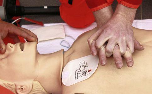 医生15000次按压击退死神 医生按压击退死神 遭遇心脏猝死如何急救