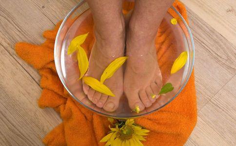 妇女热水泡脚猝死 哪些人不宜热水泡脚 热水泡脚注意什么好