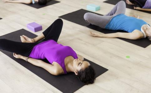 睡前减肥瑜伽有哪些 瑜伽练习的方法有哪些 怎么练习瑜伽可以减肥