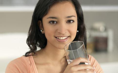 隔夜水会致癌吗 白天放久了的水能喝吗 一天要喝多少水
