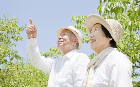 老人晒太阳的好处 老人晒太阳的功效与作用 老人怎么晒太阳