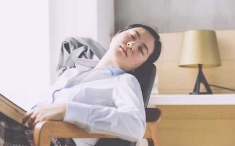 趴着睡觉为什么会打嗝 白领趴着午睡有哪些危害 白领午睡注意什么