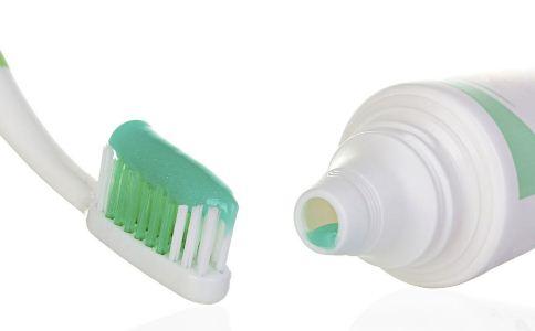 怎么用牙刷才健康 正确使用牙刷的方法 如何选择适合自己的牙刷