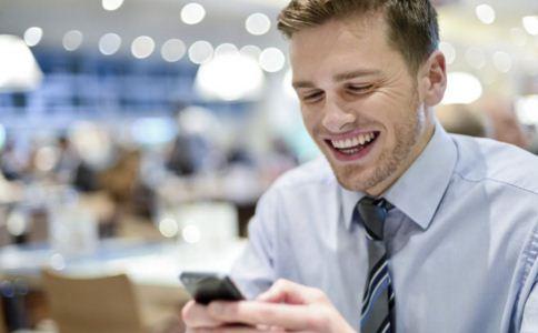 老公不让看手机正常吗 男人不让女人看手机的原因 男人出轨的表现