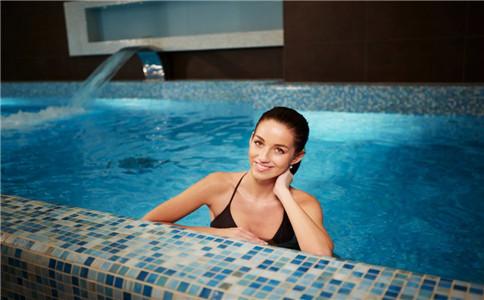 仰泳打腿技巧 仰泳怎么打腿 仰泳腿部技术