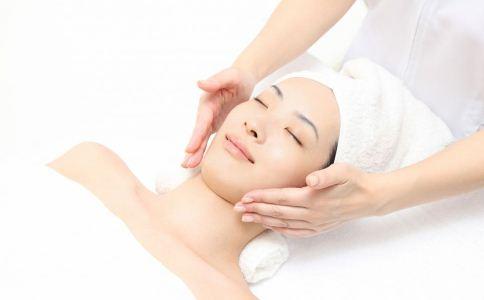 面部按摩的好处 脸部按摩的功效与作用 面部按摩的手法
