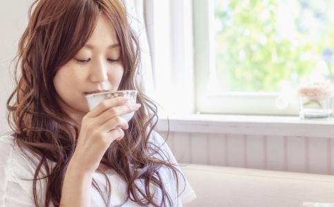 喝水减肥的方法有哪些 怎么喝水才能减肥 喝水排毒的方法有哪些