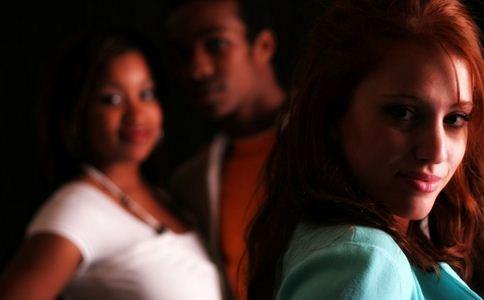 女生暗恋的表现 女生暗恋有什么表现 女性暗恋的行为表现