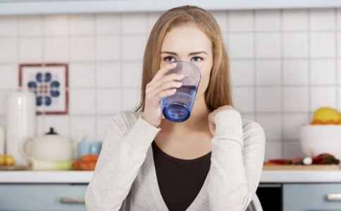 女人不爱喝水会怎样 女人如何给身体补水 喝水的最佳时间