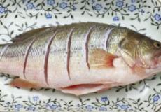 产后催乳食谱 苹果鲫鱼汤的做法
