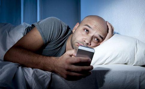 长期卧床玩手机致高位截瘫 熬夜玩手机的危害 熬夜玩手机有哪些危害