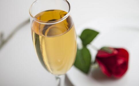 7元1瓶的酒冒充高档酒 如何辨别假酒 假酒的辨别方法