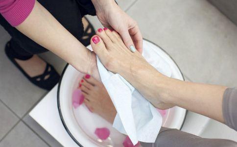 泡脚的禁忌有哪些 泡脚的注意事项 哪些人不能泡脚