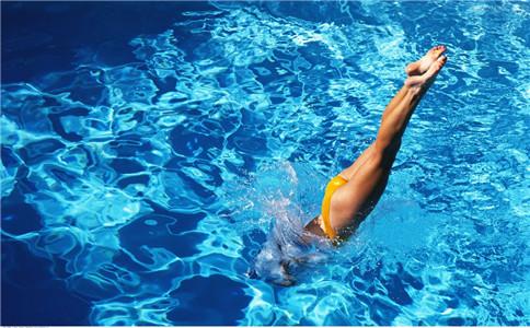 仰泳如何游得快 仰泳游的快的技巧 仰泳的好处