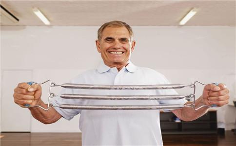 怎样用拉力器练胸肌 拉力器锻炼胸肌 拉力器使用注意事项