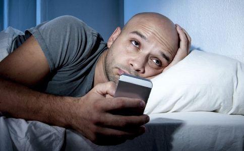 玩手机的危害有哪些 长期玩手机有哪些危害 躺着玩手机的危害有哪些