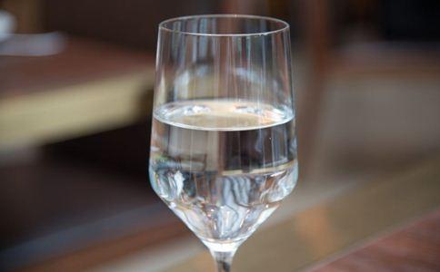 吃饭时喝水好吗 吃饭时怎么喝水才健康 喝水有什么讲究