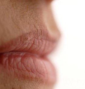 嘴唇发紫是什么病 为什么嘴唇是紫色的 嘴唇发紫的原因