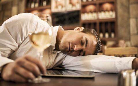 醉酒的危害 醉酒有哪些危害 醉酒导致失眠危害