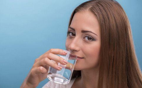 孕妇喝水要注意什么 羊水少了喝水有用吗 羊水多了怎么办