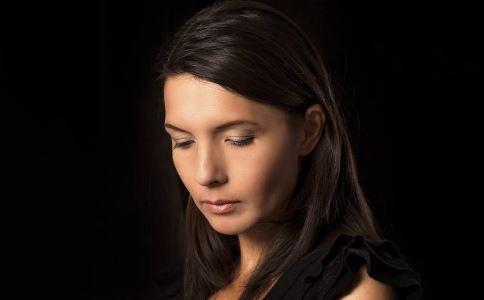 引起产后忧郁症的原因是什么 产后忧郁症有哪些症状 产后忧郁症怎么办