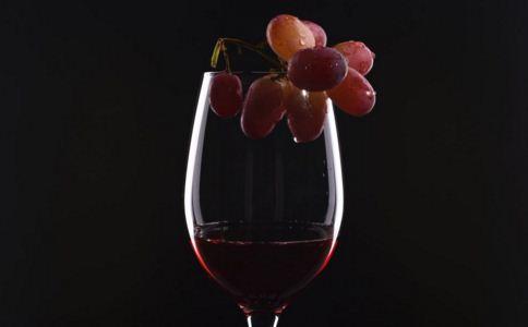 女人喝红酒有什么好处 睡觉喝红酒的好处 女人喝红酒可以美容吗