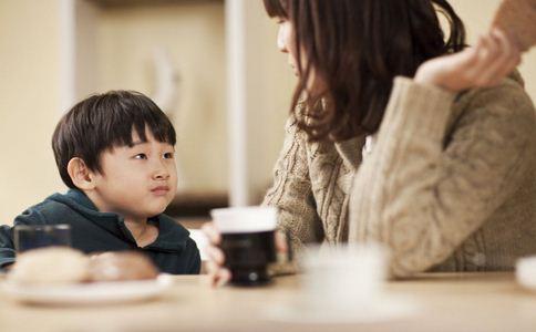 孩子吃完零食玩干燥剂 孩子玩干燥剂失明 吃零食玩干燥剂失明