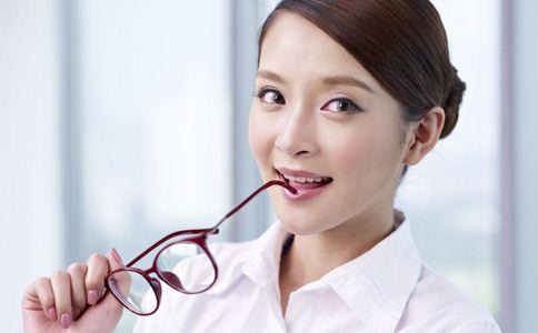 睡前玩手机诱发青光眼 导致青光眼的原因 如何预防青光眼