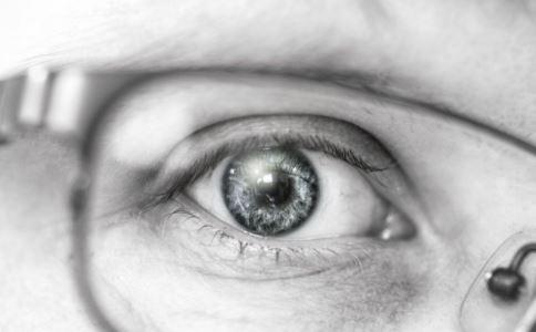常玩手机电脑的危害 黄斑病变怎么办 治疗黄斑病变吃什么