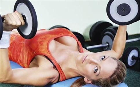 胸肌怎么练中缝 锻炼胸肌中缝方法 胸肌中缝锻炼技巧