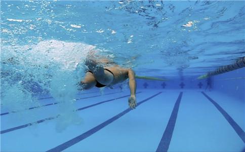 自由泳怎样换气 自由泳换气方法 自由泳的好处