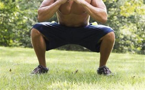 蹲起的好处 蹲起的注意事项 蹲起的标准姿势