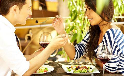 女人爱上你的表现 爱一个人的表现 女人喜欢你的表现