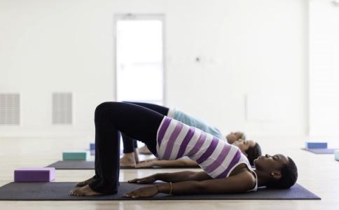 在家自己怎么练习瑜伽 在家练习瑜伽的方法有哪些 练习翘臀的方法有哪些