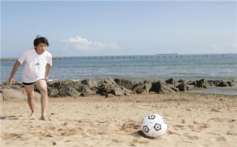 足球射门技巧 踢足球怎么射门 踢足球的注意事项