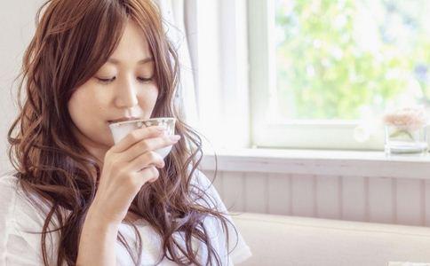 如何预防嘴唇干裂 嘴唇干裂的预防方法 怎么预防嘴唇干裂
