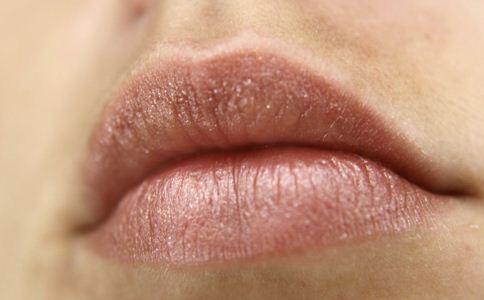 冬天嘴唇起皮怎么办 嘴唇起皮的原因 嘴唇护理的方法