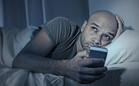 手机放床头充电有危害吗 手机放床头充电有危害吗 经常玩手机的危害