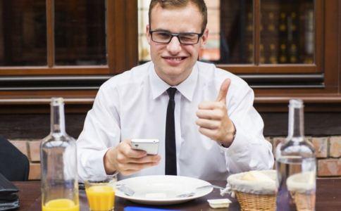 男人吃太饱有什么危害 男人吃太饱会怎么样 男人吃太饱易得什么病