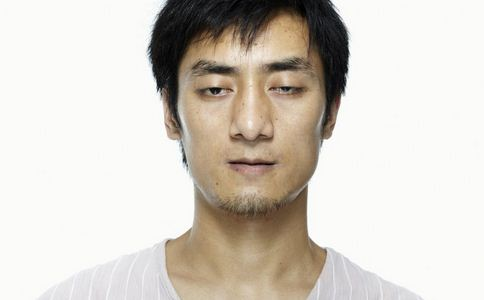男子长期戴隐形致眼化脓 长期戴隐形致眼化脓 戴隐形眼镜注意哪些事