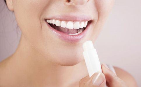嘴唇干裂怎么办 嘴唇干裂的原因 嘴唇干裂脱皮怎么办