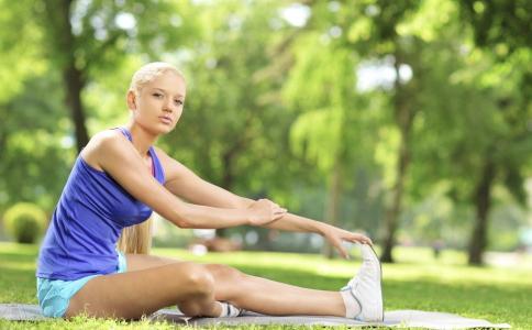 跑步后怎么做拉伸运动小腿不会变粗 预防小腿变粗怎么做拉伸 拉伸运动可以瘦腿吗
